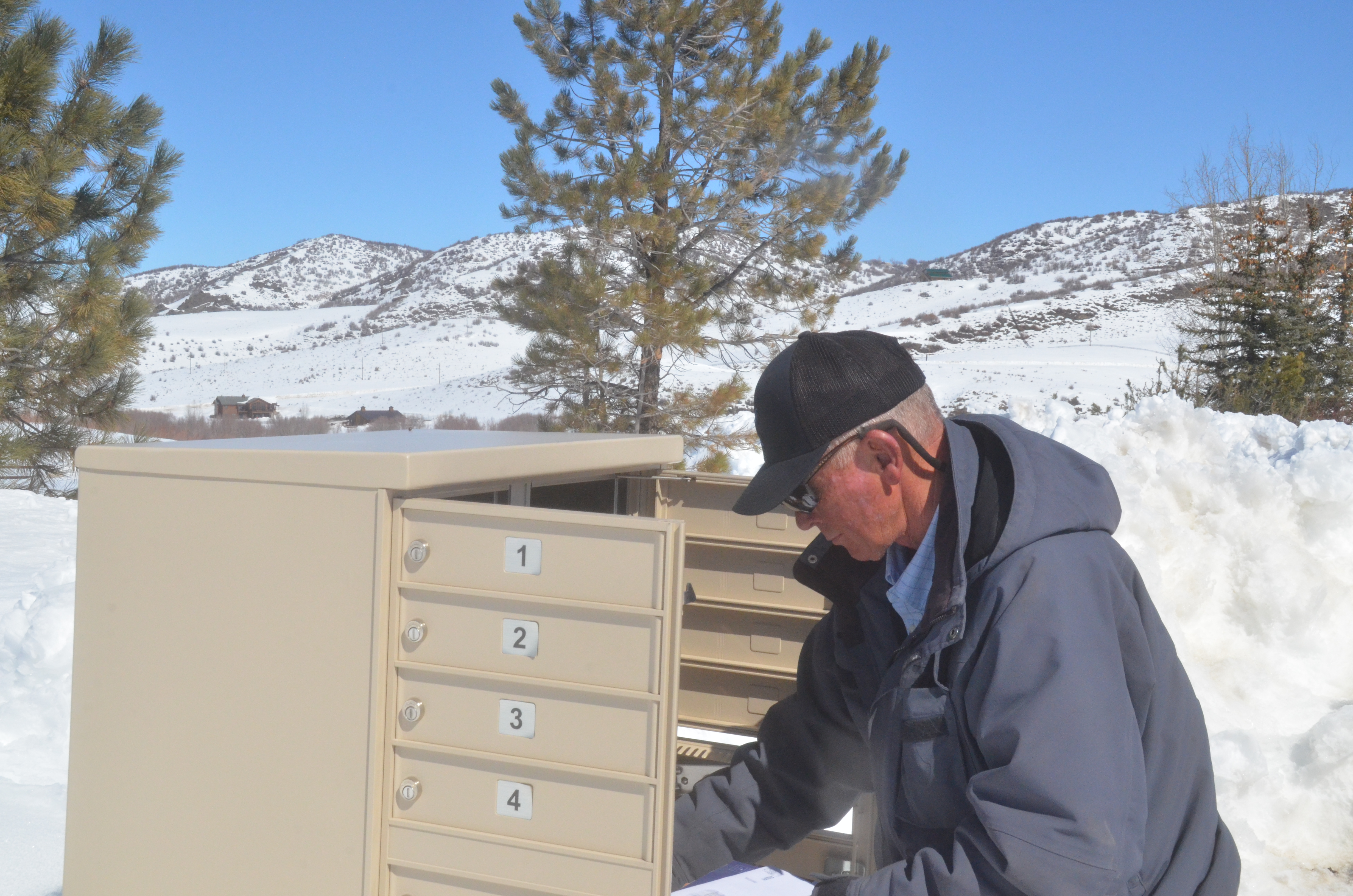 Oak Creek mail carrier to retire after 33 years of whiteouts
